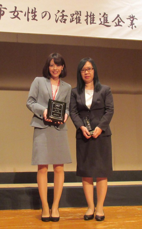 個人表彰を受賞した中部業務部の北岡美恵子業務課長(右)